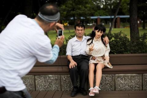 O fisioterapeuta Masayuki Ozaki e sua boneca sexual de silicone.