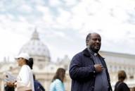 Sacerdote católico da Eritréia (África), imagem mostra o padre Mussie Zerai caminhando pela Praça São Pedro, no Vaticano.