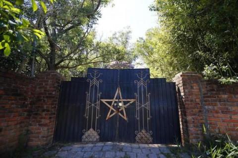 Templo que teria sido usado para ritual satânico com crianças tem pentagrama no portão e fica em local afastado da cidade.