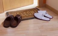 Por que não se deve entrar em casa calçado, segundo a Ciência!