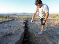 Rachaduras gigantes no chão aparecem no Deserto de Mojave, perto dos epicentros da Califórnia, dois dos principais terremotos da Califórnia