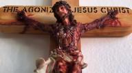 Crucifixo de Jesus agonizante destila óleo e líquido vermelho