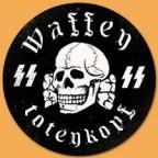 A caveira e as duas letras SIGIL do alfabeto rúnico (germânico arcaico) significando Schwarze Sohne-Sol Negro, símbolos das tropas da Waffen SS.