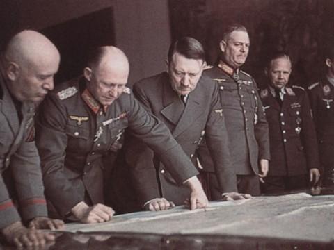 Hitler, quién fue derrotado en Stalingrado tuvo que aceptar la caída del ejercito Alemán.