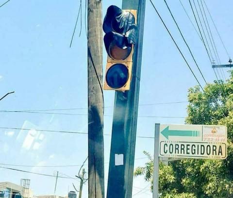 Está tão quente no México agora que os semáforos estão derretendo!