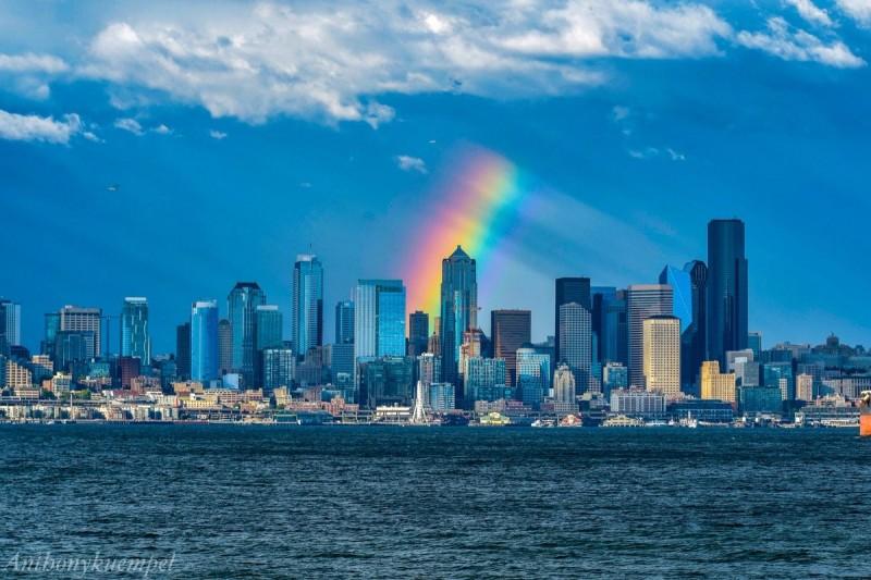 Arco-íris estranho sobre Seattle, em julho de 2018. Por Anthony Kuempel.