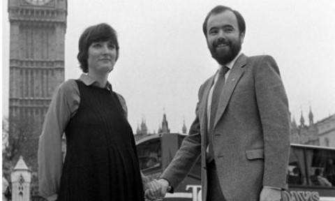 Harriot Harmon (esquerda) é hoje vice-líder do Partido Trabalhista britânico e faz parte do Conselho para o bem estar da criança. Na década de 1970, era ativista pela pedofilia no movimento PIE.