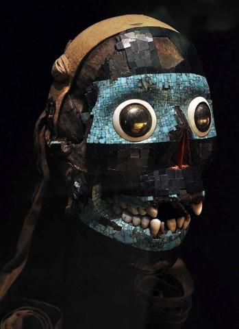 Máscara de Tezcatlipoca, o cruel deus que habitaria na Mãe Terra, algo vagamente comparável à divindade Pachamama ou à deusa Gaia de recente invenção ecologista. Museu Britânico.