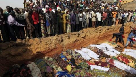 Aldeões mortos receberam uma sepultura coletiva em Dogon Na Hauwa, Nigéria, 2010.