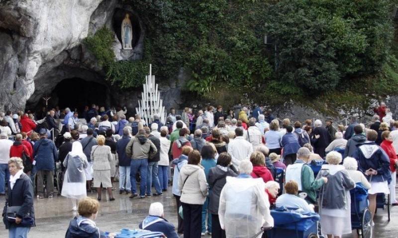 Fila de peregrinos para visita a gruta do Santuário de Lourdes, na França.