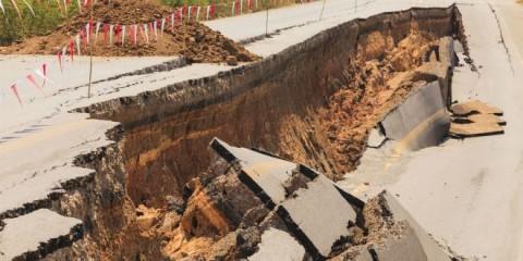 Uma estrada é rachada ao meio durante um terremoto. (Foto: Shutterstock)