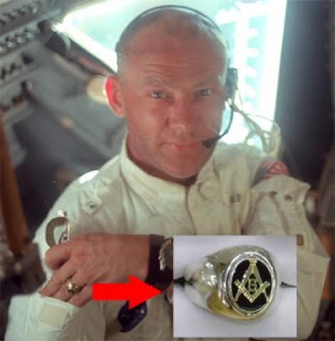 El anillo masónico de Aldrin, durante su viaje en el Apollo 11.