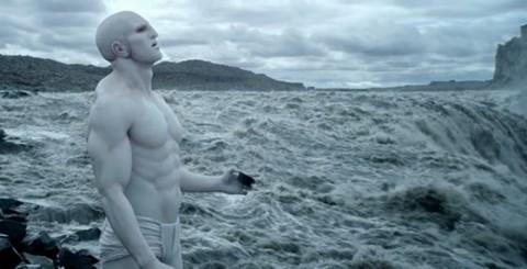 En el film, los seres humanos somos creados con ADN extraterrestre.