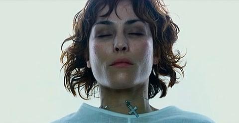 El crucifijo simboliza la nueva fe de Liz Shaw.