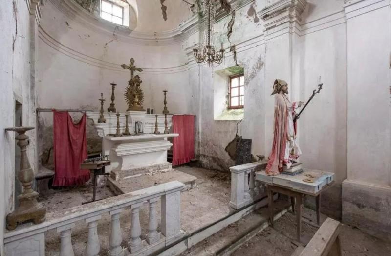 Rachaduras nas paredes e a pintura decadente sugerem que esta igreja italiana pode não estar de pé por muito mais tempo.