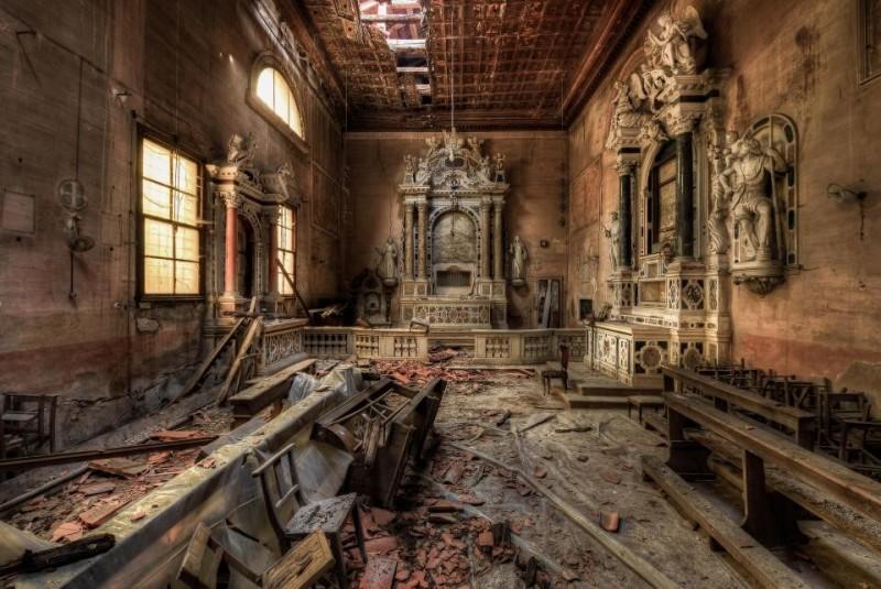 O telhado está esmigalhando nesta igreja na Itália, embora ainda exista evidência de sua antiga glória.
