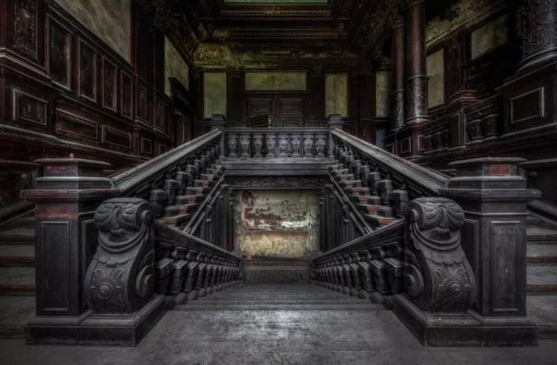 Este assombroso prédio na Polônia ainda mantém elementos de sua antiga grandeza.