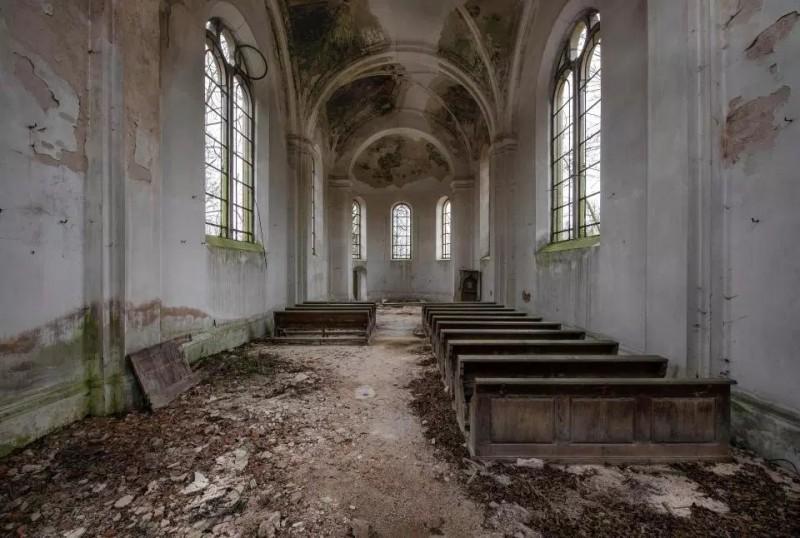 Os tetos altos e as janelas brilhantes contrastam com o abandono misterioso nesta igreja tcheca.