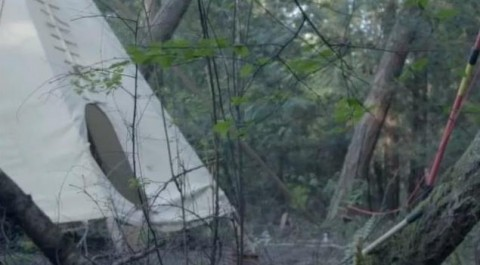 Local no meio da floresta ainda tem poucas instalações, como esta barraca (Foto: BBC)