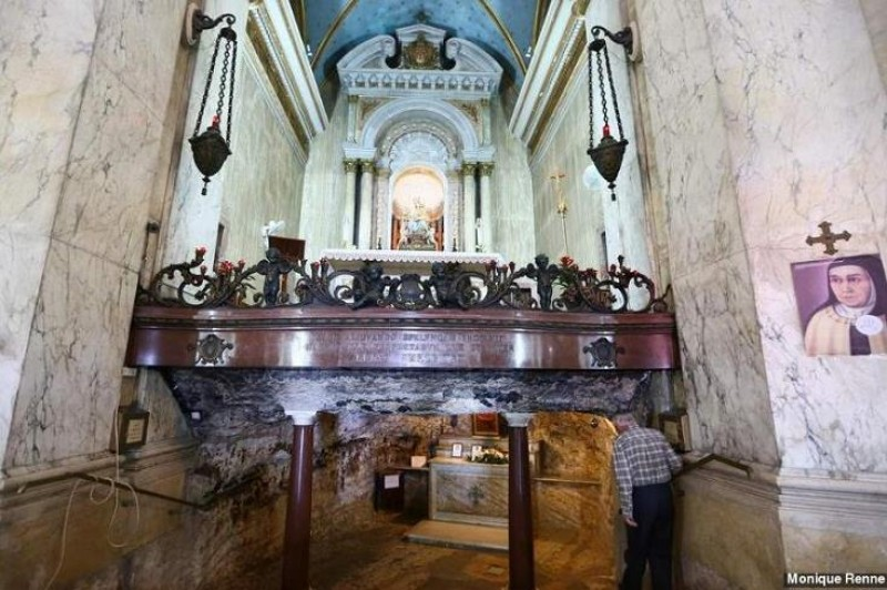 Abaixo do altar, a gruta do profeta Elias.