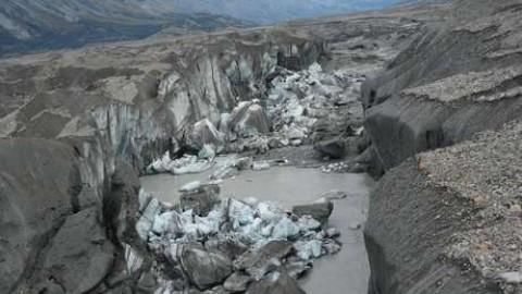 Este cânion leva agora quase toda a água do degelo até o golfo do Alaska, através do Alsek.