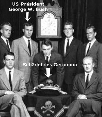 George HW Bush futuro presidente dos EUA em foto de reunião da sociedade secreta, ligada aos Illuminati, SKULL & BONES, na Universidade de Yale.