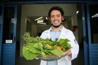 Conheça o incrível médico que largou os remédios para receitar plantas
