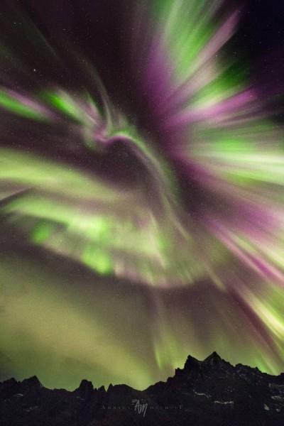 Como uma Fênix no céu da Noruega. Por Adrien Mauduit.
