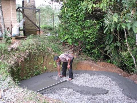 Fazendo o piso da cisterna.