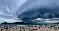 Estranha formação de nuvem impressiona banhistas em Praia do Campeche, Florianópolis, SC