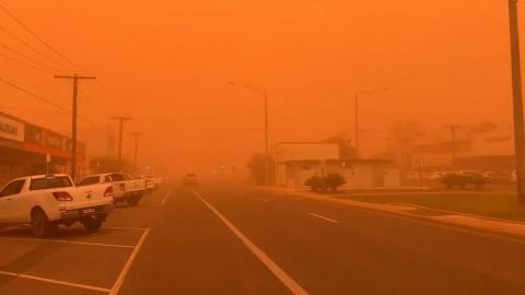 Céu sobre Mildura, Victoria fica vermelha depois que é envolvida por uma tempestade de poeira, na Austrália, em 21-11-2019. Foto via vídeo do Twitter.
