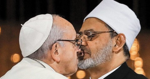 Francisco beija com o grande líder do islamismo sunita, Ahmed el-Tayeb.