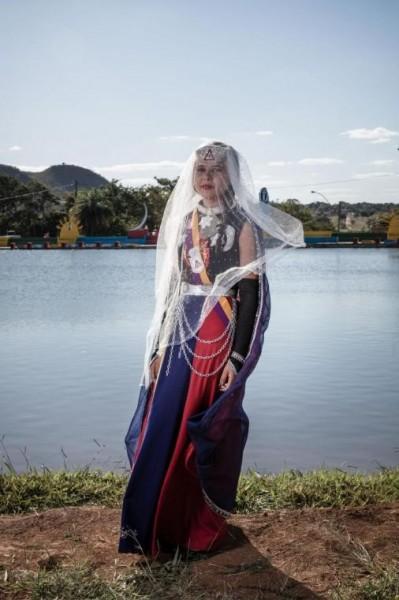 Pamela Rondom usa uma roupa Nytiama, que representa o fogo usado nos antigos rituais indianos.
