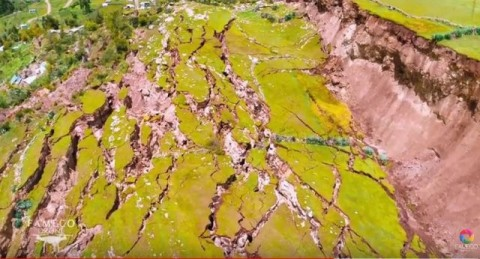 Vila no Peru desaparece durante a noite em gigantescas rachaduras na terra provocadas por um enorme deslizamento de terra.