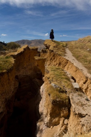 Uma enorme cratera aberta após o dramático deslizamento de terra que destruiu Lutto Kututo, no Peru.