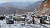 Neve cai em deserto da Arábia Saudita e fascina moradores