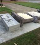 Monumento em homenagem aos Dez Mandamentos foi destruído por homem que afirma ouvir vozes em sua cabeça que lhe ditam o que fazer