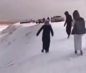 Neve e granizo cobrem o deserto na Arábia Saudita