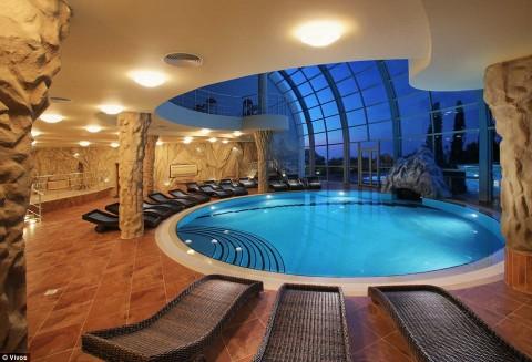 Espaço para relaxar: o complexo de sobrevivência é comparável ao mega-iate ou mansão de um bilionário. Acima, uma piscina comunitária dentro do complexo, avaliada em um valor estimado de US $ 1,1 milhão.