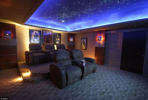 Tempo para assistir a um filme: nas outras amenidades das áreas comuns serão incluídas vias, uma adega e salas de oração. Acima, um teatro.