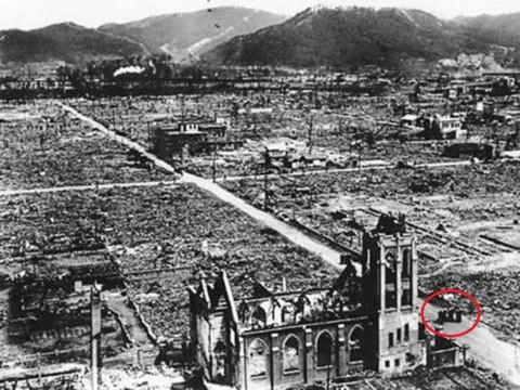 Igreja Nossa Senhora da Assunção, uma das poucas construções que ficou em pé após o bombardeio. Em destaque os 4 padres sobreviventes.