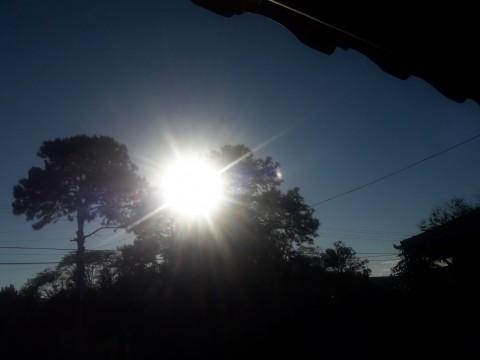 Sinais de Deus para o Apóstolo dos Tempos Finais (APTF): logo após o recebimento desta mensagem, o Sol tornou-se pulsante, emitindo raios de luz como um flash.
