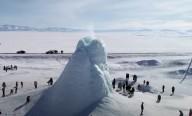 Impressionante vulcão de gelo com 45 pés de altura surge no Cazaquistão