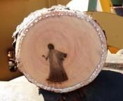 Imagem que faz lembrar Jesus aparece em tronco de árvore após poda e intriga operários em MS