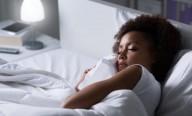 Luz artificial e ritmo circadiano: dormir com TV ou luz ligada ao ganho de peso revela estudo