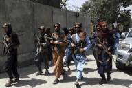 """""""... SE A MIM ME PERSEGUIRAM, TAMBÉM PERSEGUIRÃO A VÓS..."""" (João 15, 20)     Talibã verifica quem é cristão procurando Bíblia nos celulares e matando"""